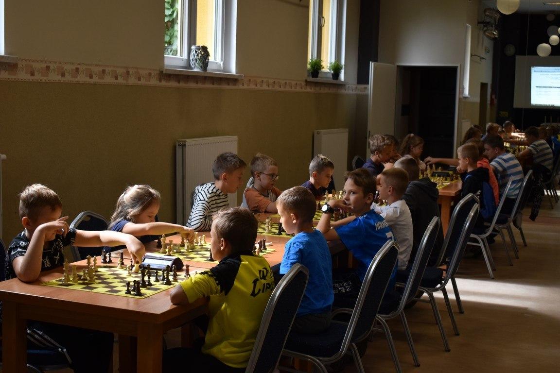 Grupa dzieci grających w szachy