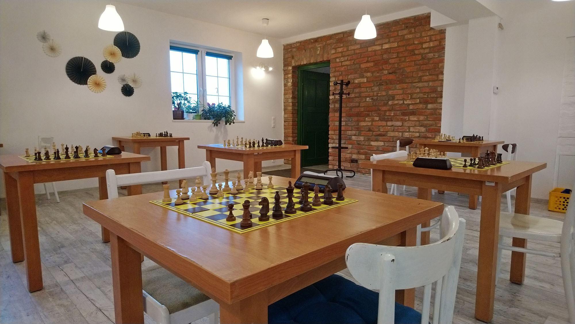 Na zdjęciu sala przygotowana do rozegrania Turnieju szachowego. Na zdjęciu znajdują się stoły z szachownicami oraz zegarami