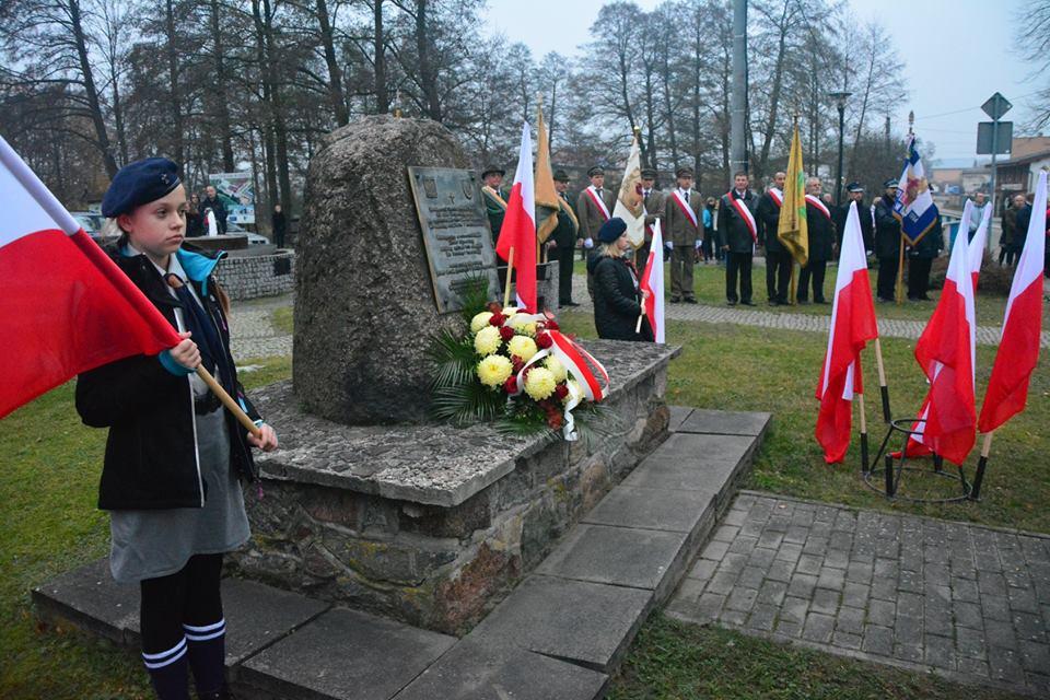 Na zdjęciu widać delegacje z terenu Gminy Lipusz oraz zdjęcie tablicy upamiętniającej ofiary II wojny światowej