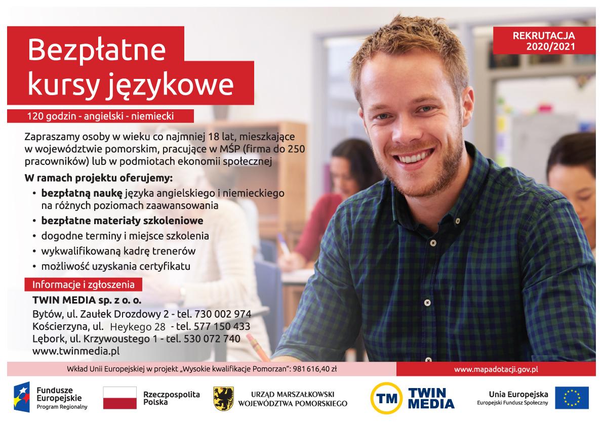 Plakat Bezpłatne kursy językowe rekrutacja 2020/2021. Na pierwszym planie młody, uśmiechnięty mężczyzna ubrany w koszulę, w tle widać innych kursantów