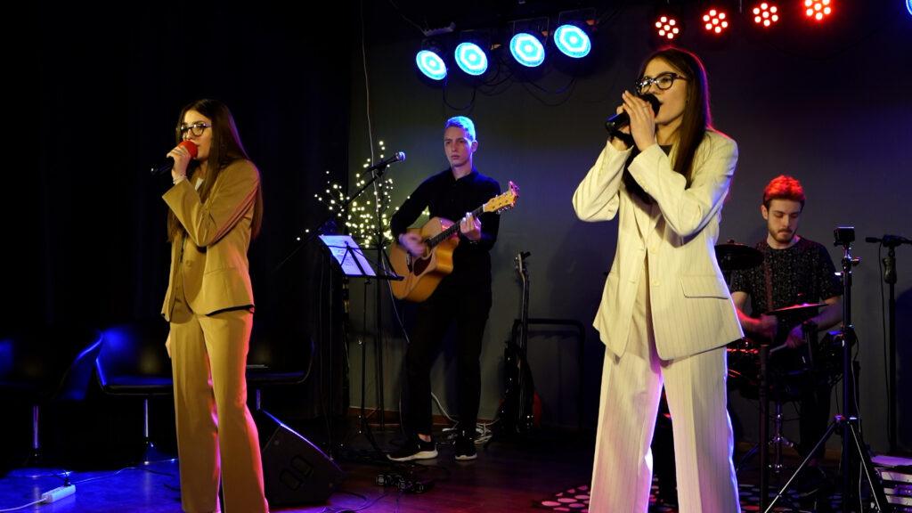 Na zdjęciu z Julie&Susie w tle widać gitarzystę oraz perkusistę.