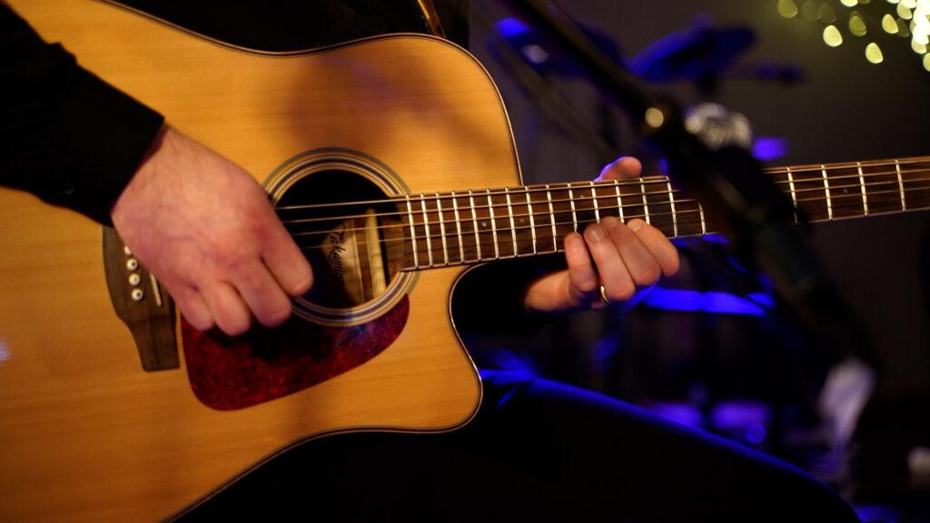 Na zdjęciu przybliżenie gitary