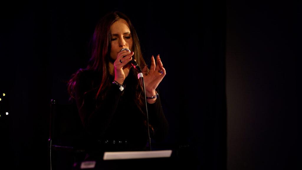 Katarzyna Błaszkowska śpiewają na scenie.