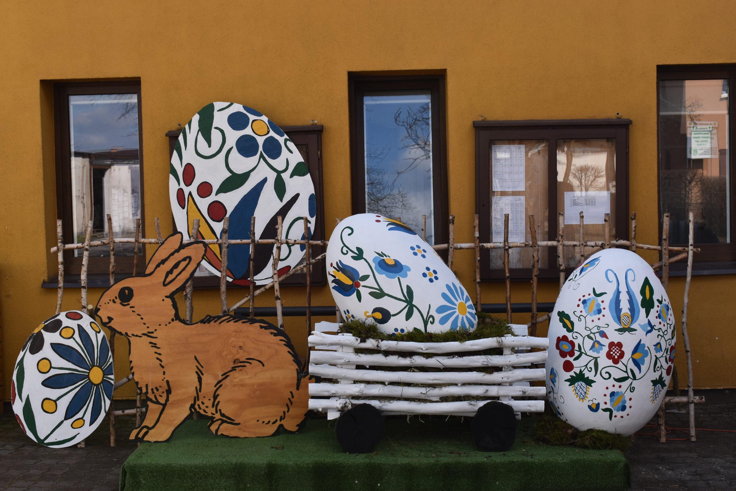 Wielkonocny wysrój przed budynkiem GOKSiR Lipusz, 4 wielkanocne kaszubskie jaja świąteczne, zająca