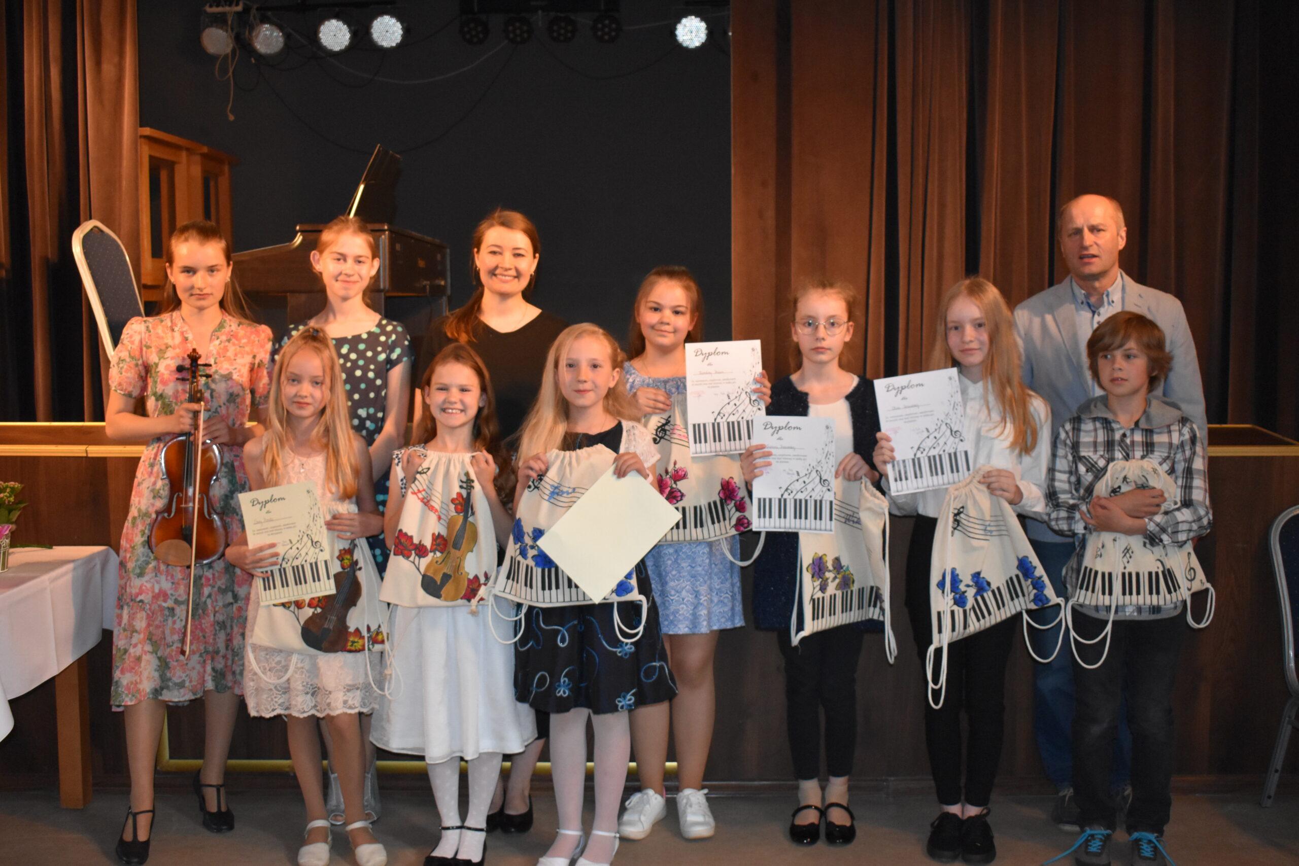Artyści, którzy grali na instrumentach podczas koncertu w sali widowiskowej GOKSiR w Lipuszu
