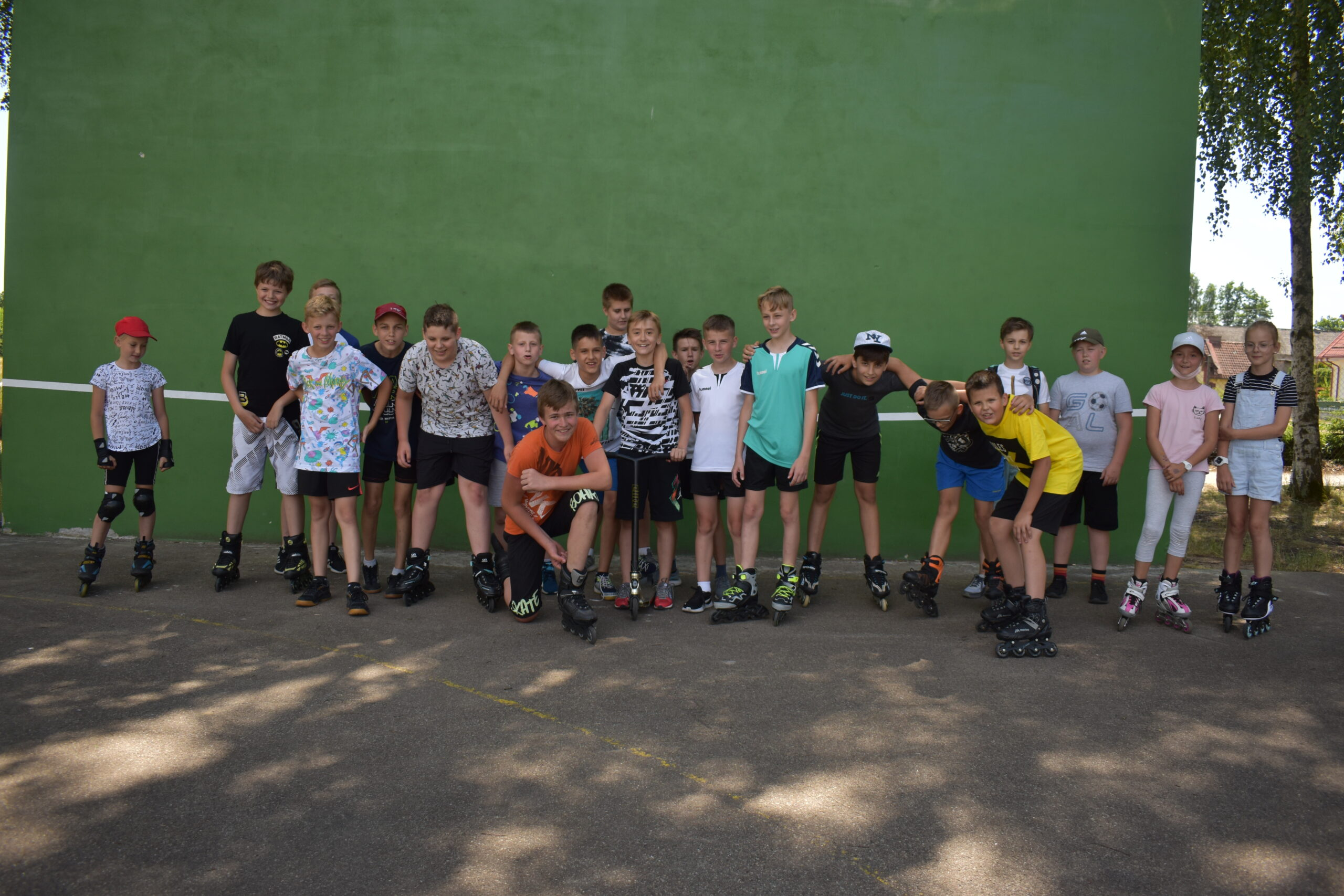 Uczestnicy warsztatów wrotkarsko-rolkarskich na stadionie sportowym w Lipuszu