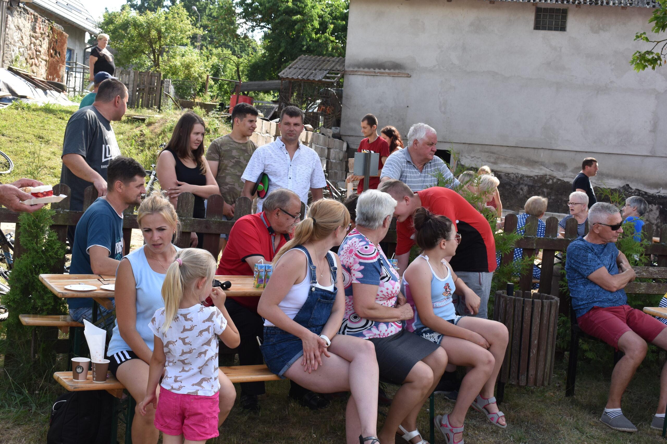Widać osoby uczestniczące w festynie sołeckim Sołectwa Lipuska Huta