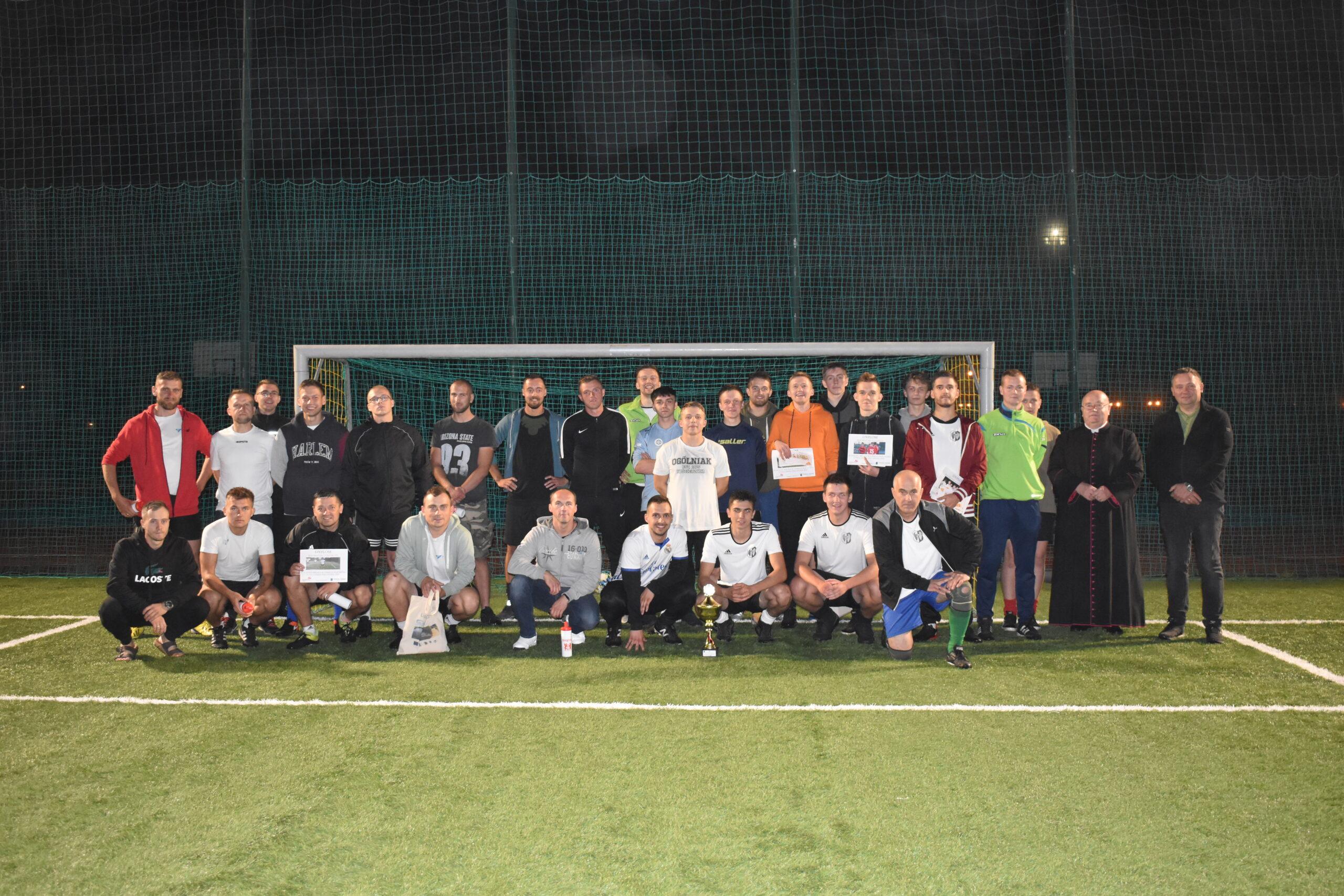 Zdjęcie grupowe zawodników uczestniczących w turniejach piłki nożnej z cyklu GP Lipusza 2021, na zdjęciu również wójt Gminy Lipusz Mirosław Ebertowski oraz ks. prałat Jan Ostrowski