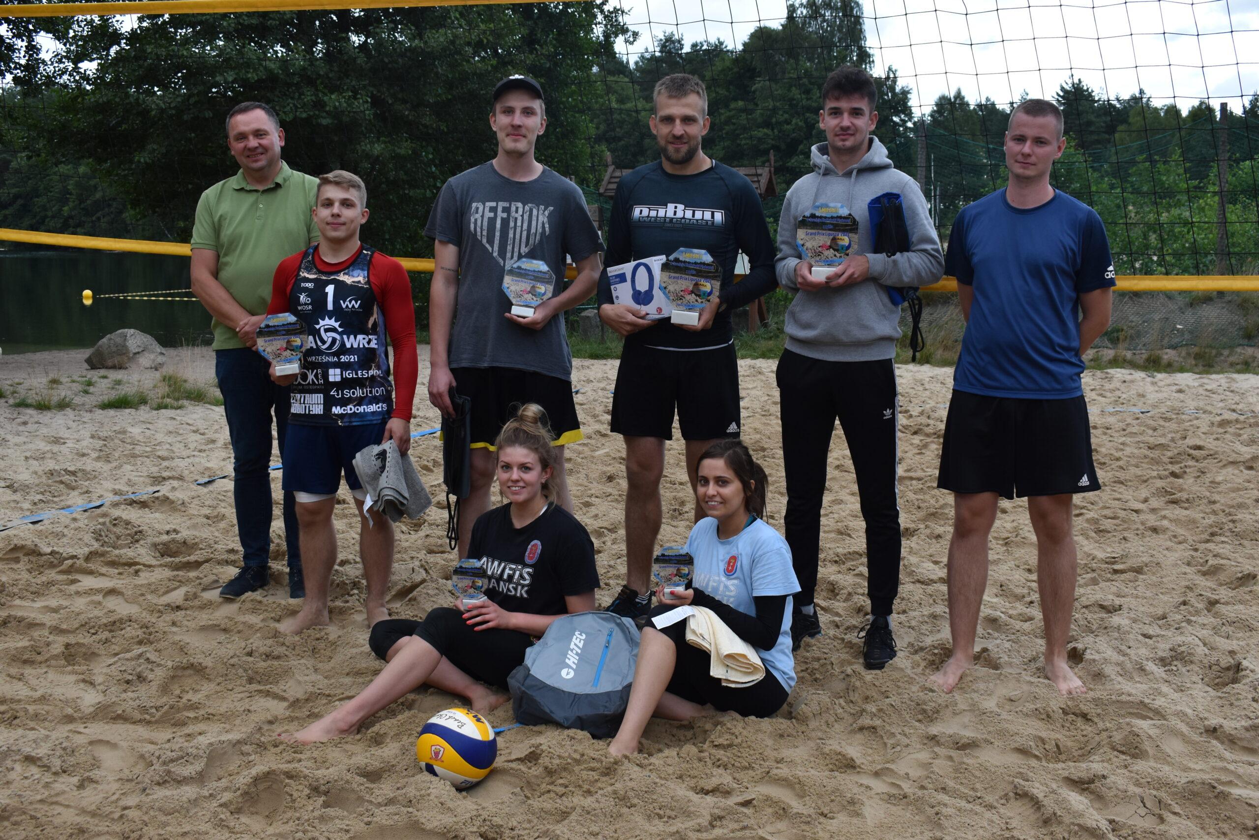 Zawodnicy nagrodzeni na turnieju siatkówki plażowej z cyklu GP Lipusza 2021