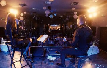 Kaia Błaszkowska &Adam Szewczyk na scenie. W tle widać publiczność